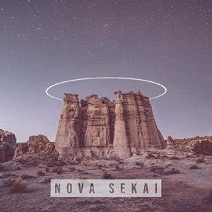 Reprodução da capa do álbum 'Nova Sekai', da banda de mesmo nome. Trata-se da foto de um rochedo em um local desértico ante um céu noturno roxo-claro, com um fino anel de luz em volta de seu topo